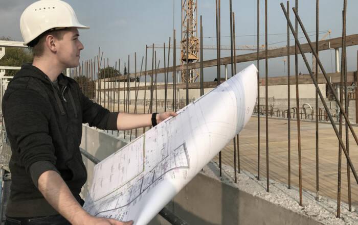 Maximilian bei der Objektüberwachung unter Anleitung von Bauleiter David Mader