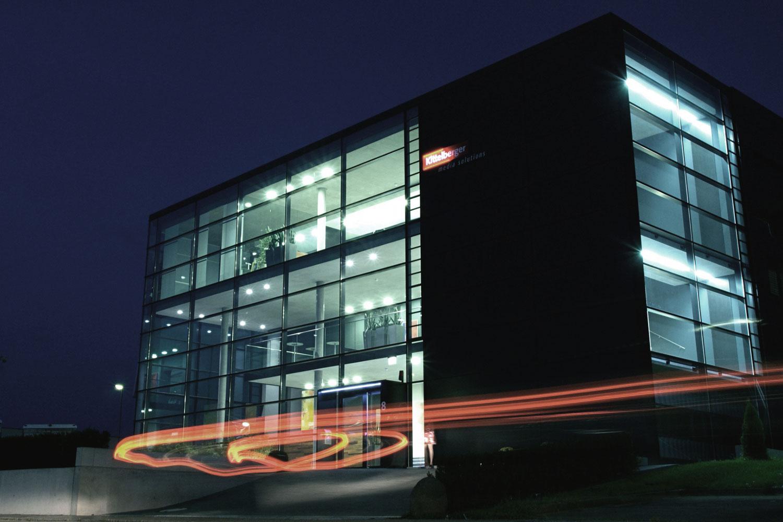 Aufstockung und Anbau Betriebsgebäude Reutlingen-Rommelsbach, Nachtaufnahme