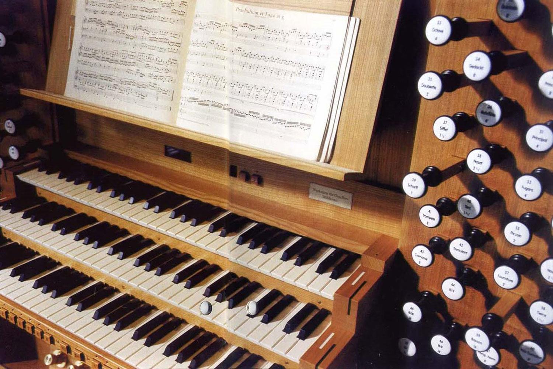 Umbau und Restaurierung denkmalgeschützte Kirche Tübingen, Orgel Spieltisch