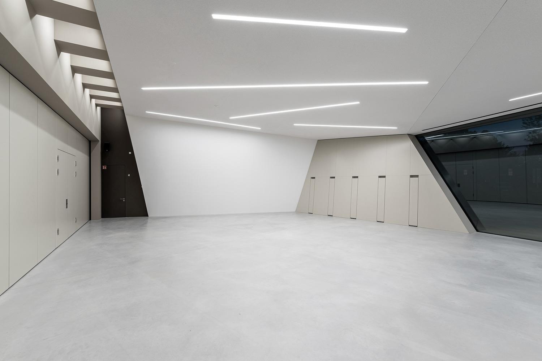 Neubau Veranstaltungshalle Kuppenheim, Foyer mit geschlossener Trennwand