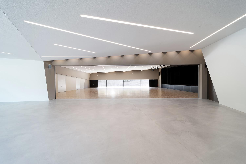 Neubau Veranstaltungshalle Kuppenheim, Foyer mit offener Trennwand zum Saal